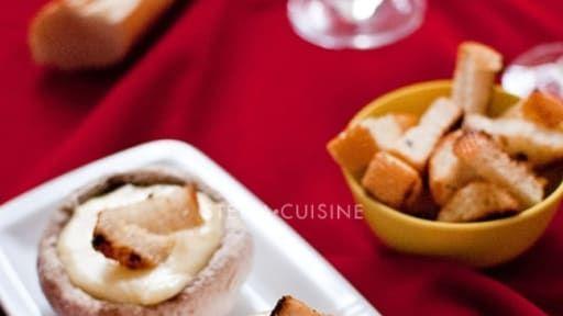 Recette de Fondue savoyarde dans des chapeaux de champignons de Paris, croutons aillés