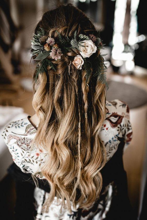 Frisurinspiration Fur Deine Boho Hochzeit Locker Zusammen Gesteckt Ein Paar Locken Und Blumen Dazu Und De Scheunen Hochzeit Frisur Hochzeit Hochzeitsfrisuren