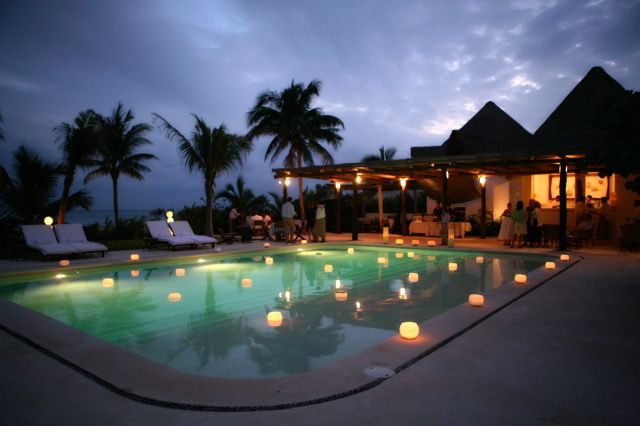 Floating candles in hotel esencia rivieramaya pool 39 s for Velas flotantes piscina