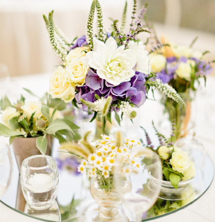 Centre de table été, roses de jardin et dahlias. Jaune