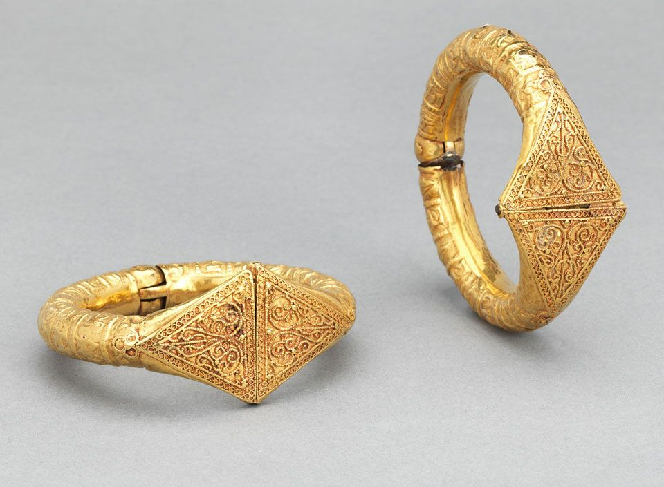 Pair of Bracelets Egypt or Greater Syria, 11th century Repoussé gold sheet, wire, and granulation a: W. 1¼ in. (3.2 cm), Diam. 2¾ in. (7 cm); b: W. 1¼ in. (3.2 cm), Diam. 2⅝ in. (6.5 cm) The al-Sabah Collection, Dar al-Athar al-Islamiyyah, Kuwait (LNS 7 J ab) Image: © The al-Sabah Collection, Dar al-Athar al-Islamiyyah, Kuwait