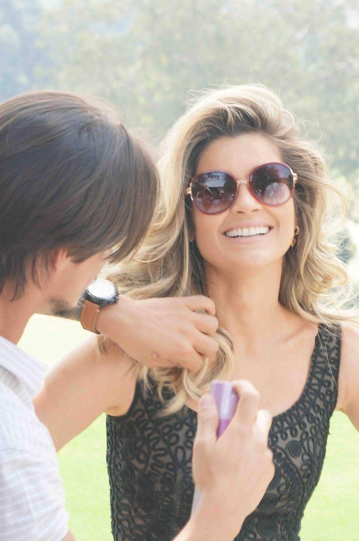 dfb00822bf308 Flavia Alessandra posa com papagaio em campanha de óculos de sol  espie o  making of - Fotos - R7 Moda e Beleza