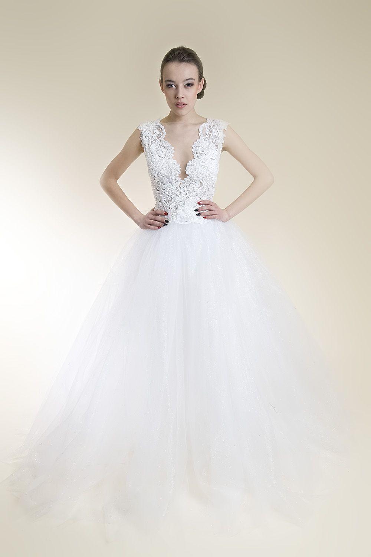 df209f4bc4 Koronkowa suknia ślubna na cielistej siatce z tiulowym dołem   spódnicą z  odsłoniętymi koronkowymi plecami z