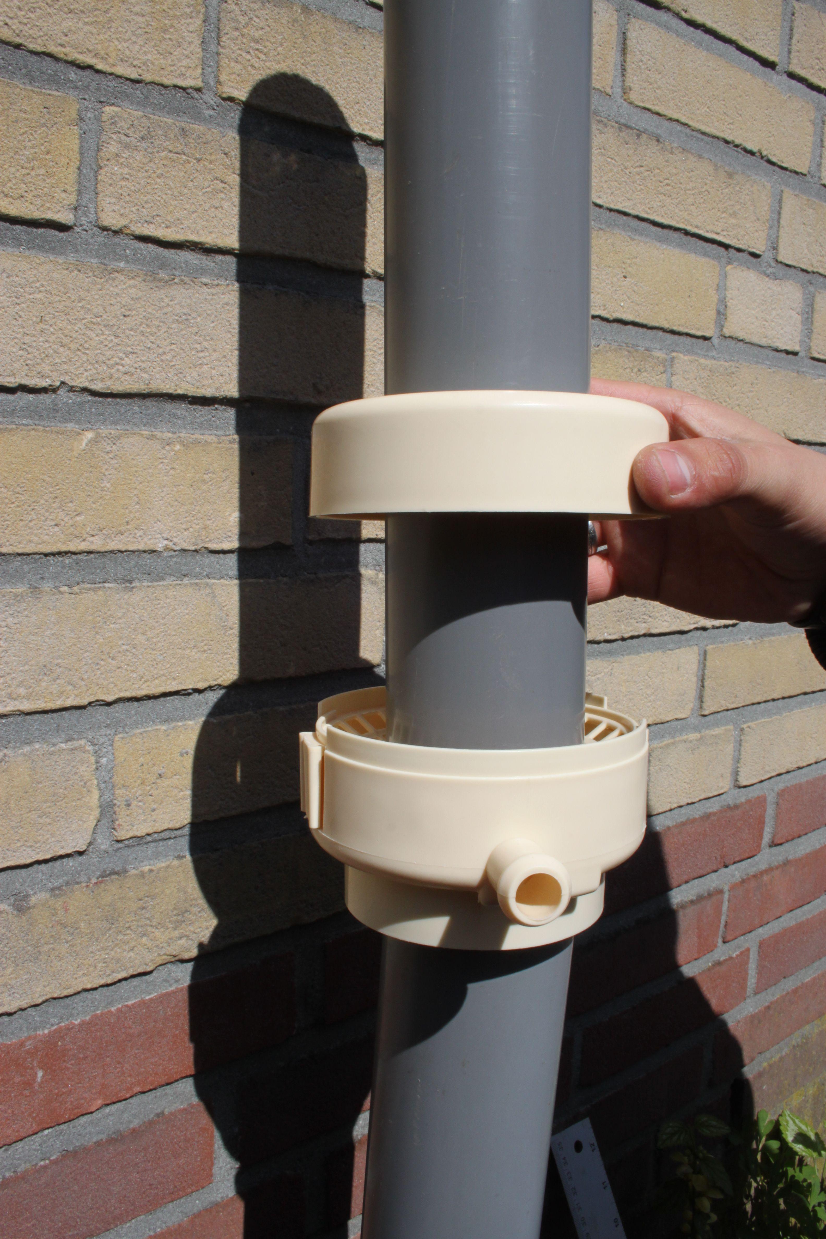 """www.rainsaver.nl/fluide aansluiten. De onderste helft  van de """"bladvanger"""" zet u heel simpel gewoon op de onderste regenpijp."""