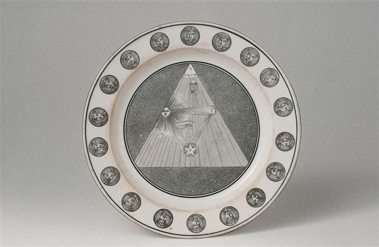 Assiette, décor maçonnique : symboles, décor monochrome