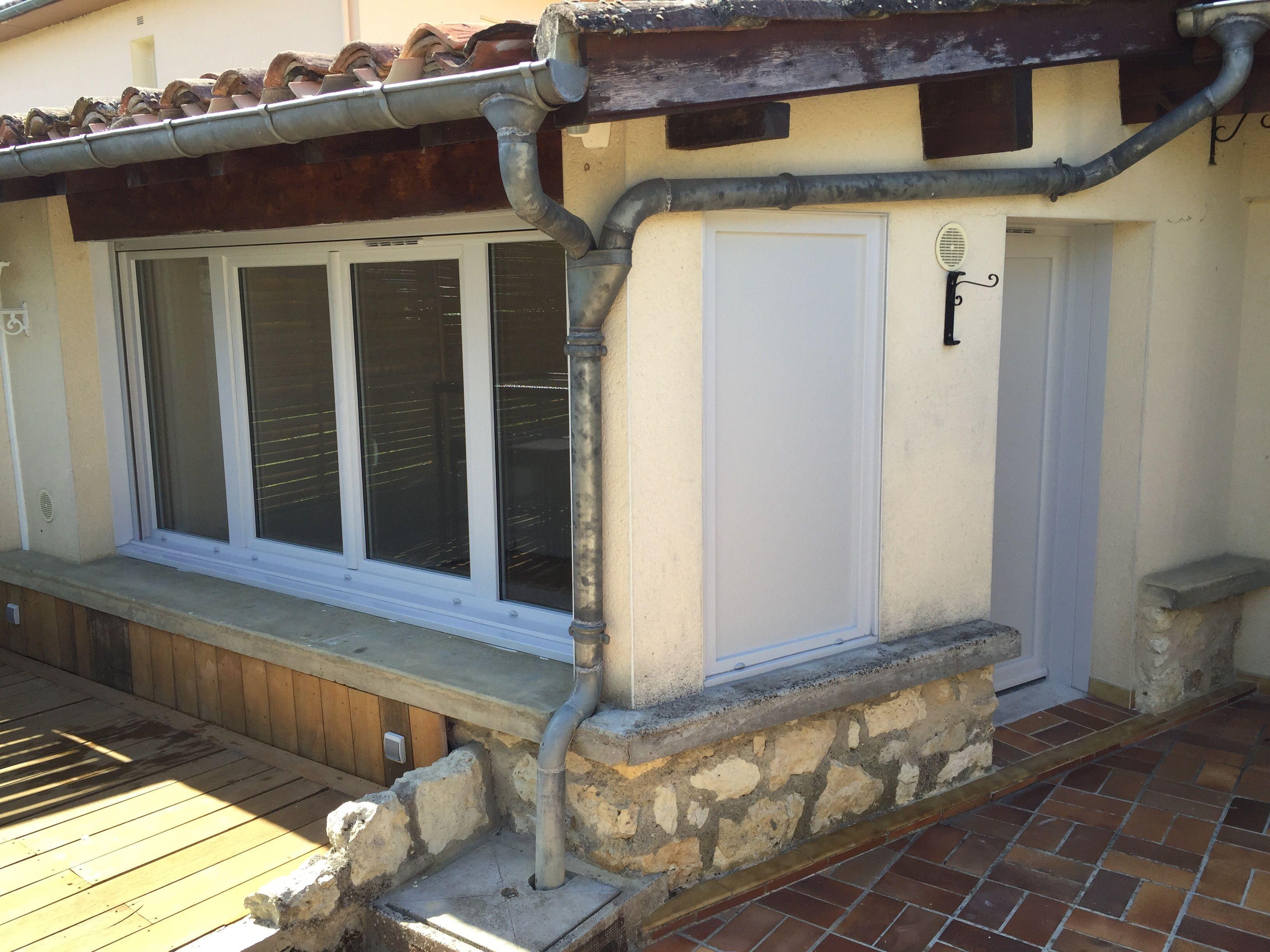Installation par Delmas Diffusion de menuiseries en PVC gris RAL