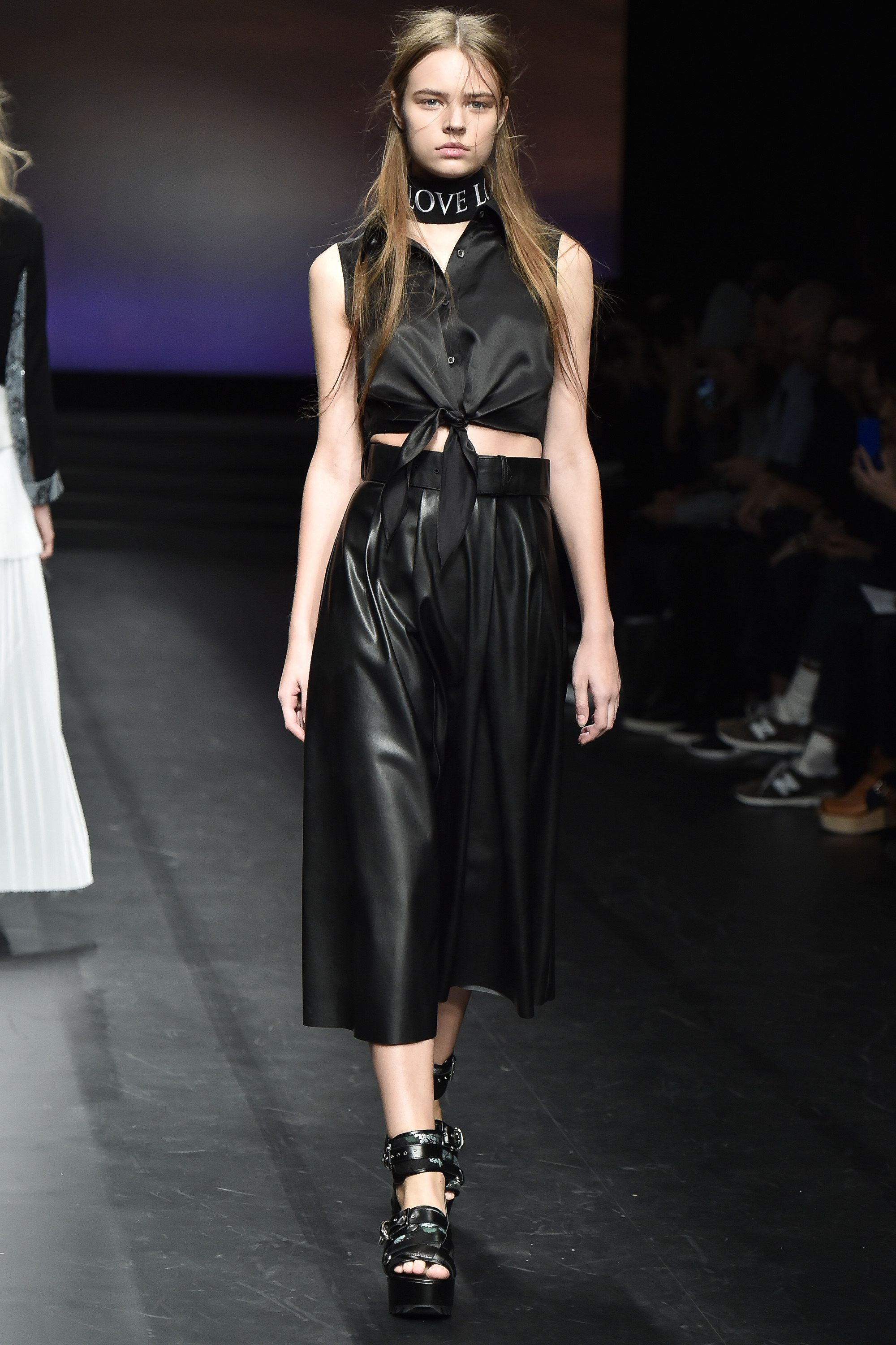 See the complete Christian Dada Tokyo Spring 2016 collection.