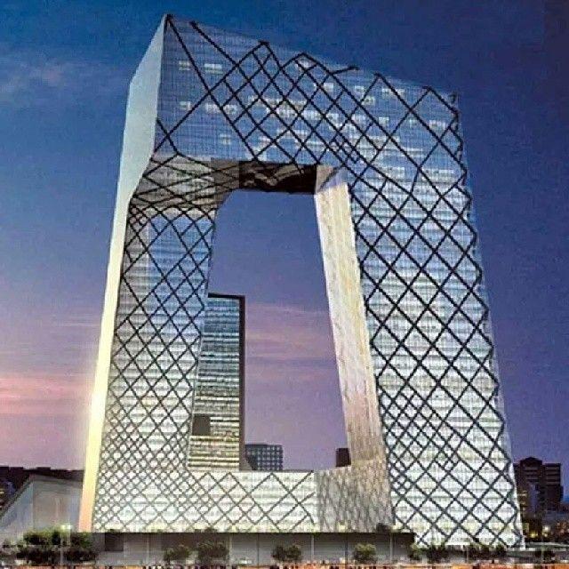 Sede da CCTV, em Pequim, China. Projeto de Rem Koolhaas. #architecture #arquitetura #arte#artes #arts #art #artlover #design #architecturelover #instagood #instacool #instadaily #design #projetocompartilhar #davidguerra #arquiteturadavidguerra #shareproject #glass #vidro #transparency #transparencia #cctv #china #beijing #pequim #remkoolhaas #oma