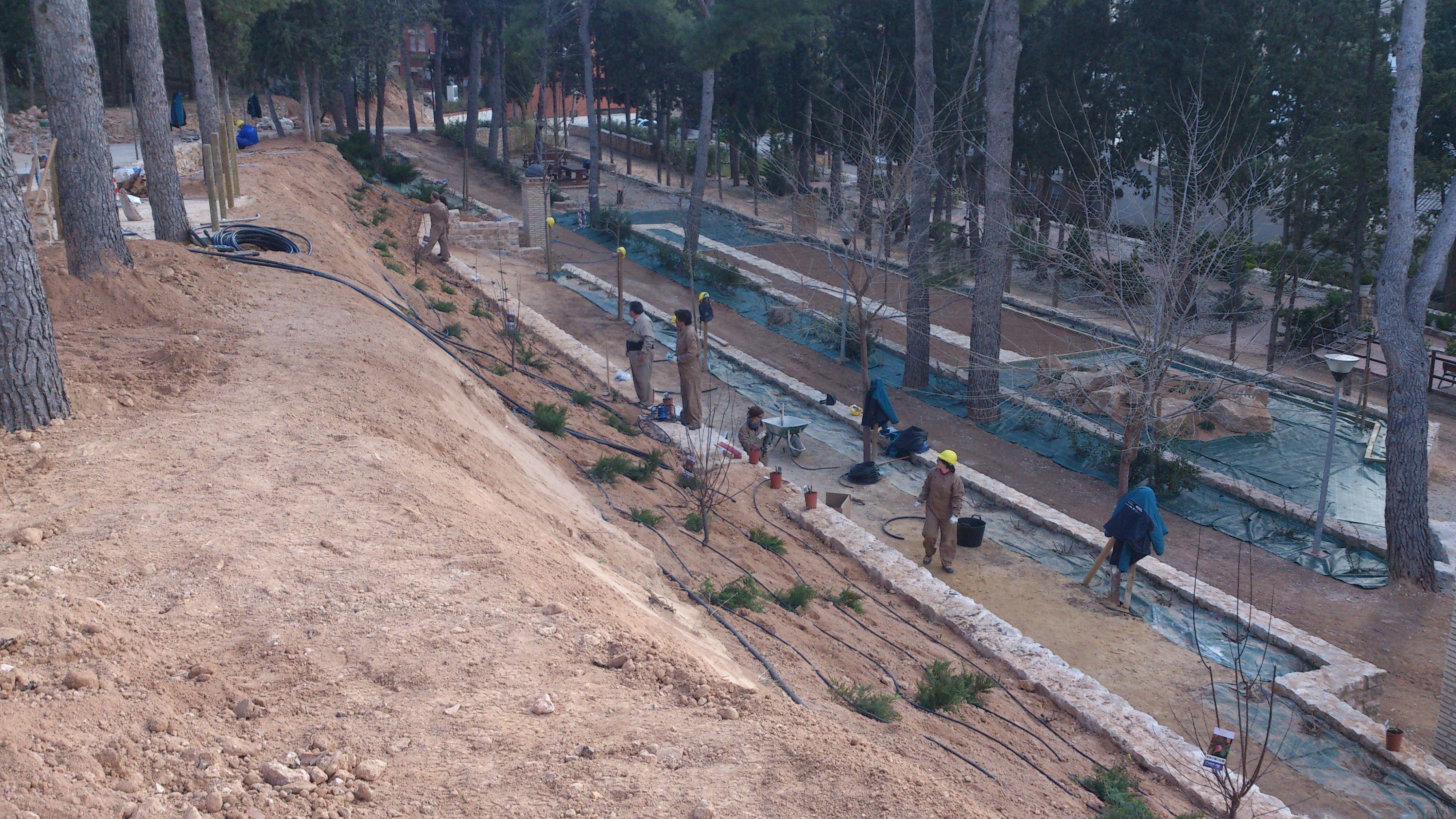 Vista general de creación de muro, instalación de riego y plataforma con vía a rocalla.
