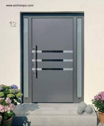 Puerta de entrada de residencia hecha de aluminio for Puertas de entrada de casas modernas