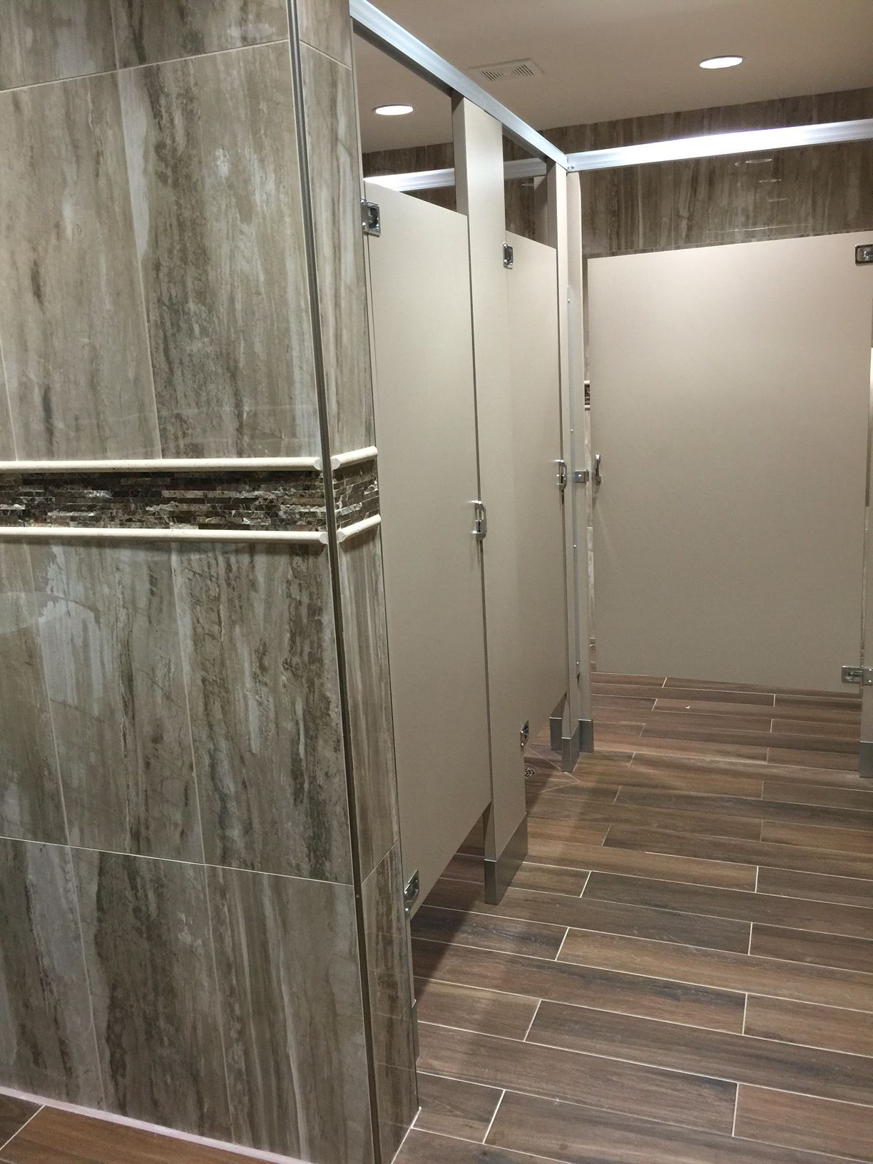Daltile River Marble Rm91 Sandy Flats 12x24 Installed On Wall Saddle Brook Sd15 Walnut Creek 6x36 Floor Accent M725