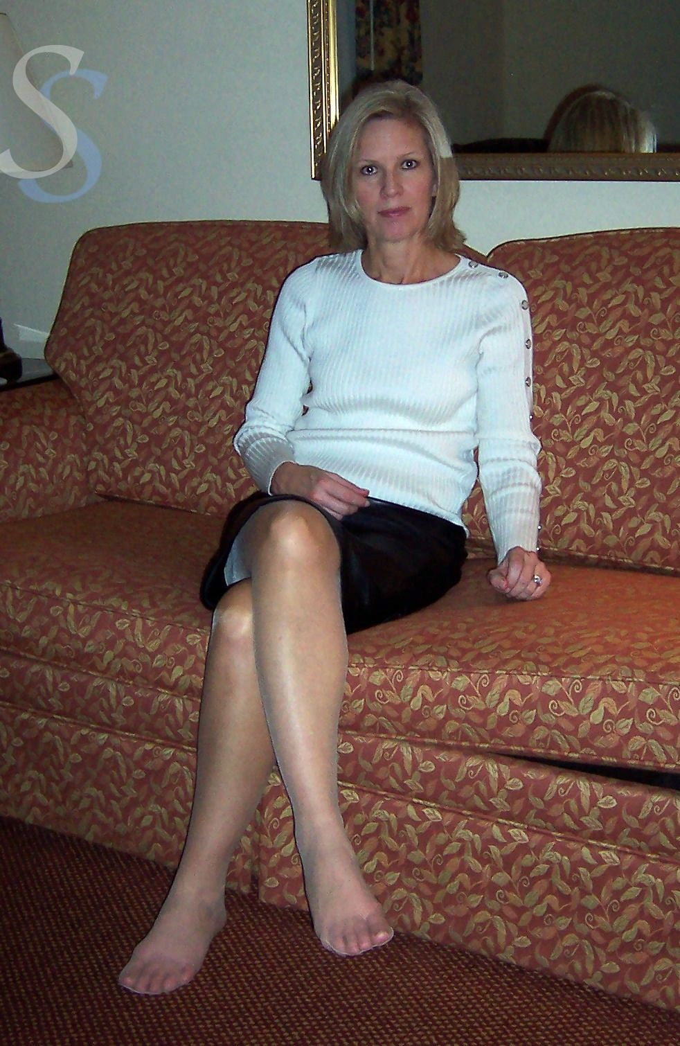 Candid blonde milf sexy feet and painted toes in flip flops 8