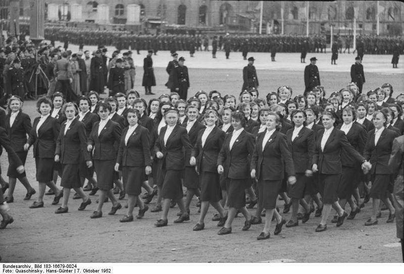 Berlin, Marx-Engels-Platz, Parade weiblicher Volkspolizei   7.10.1952, 3 Jahre Deutsche Demokratische Republik. Machtvolle Demonstration der Berliner Bevölkerung  am 7. Oktober 1952, dem Gründungstag der DDR, auf dem Marx-Engels-Platz, Berlin UBz: weibliche Volkspolizei marschiert an der Ehrentribüne vorbei.