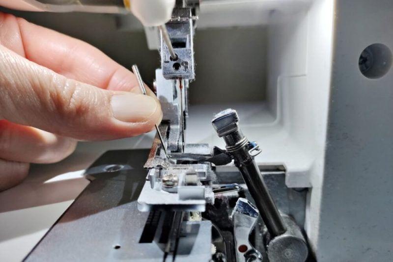 sticht nicht mehr sauber durch den Stoff. Die Overlock kann damit keine guten Stiche bilden. Häufig sind ausgelassene Stiche oder Löcher im Stoff dann
