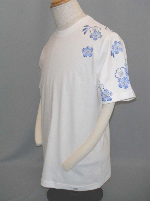 桜が肩から袖に、背の裾に藍色で描かれています。袖、肩にデザインがあるのは手描きならではだと思います。サイズ違い受注生産いたします。素材:綿100% 縫製糸ポリ... ハンドメイド、手作り、手仕事品の通販・販売・購入ならCreema。