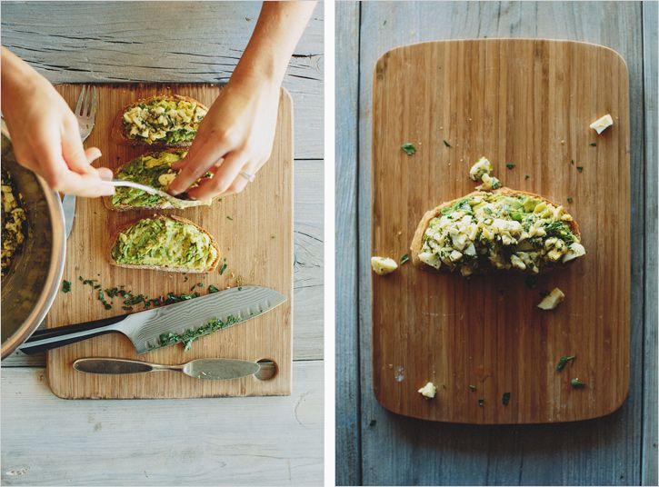 Avocado Tartine with Girbiche Egg Salad . sprouted kitchen - Si te gustan los sabores fuertes esta receta es para ti. La fuerza de la mostaza y el vinagre se compensan con el huevo, la palta y el pan. Mi recomendación es que pruebes el aderezo con pan hasta que encuentres el punto que te gusta. Le daría 3.5