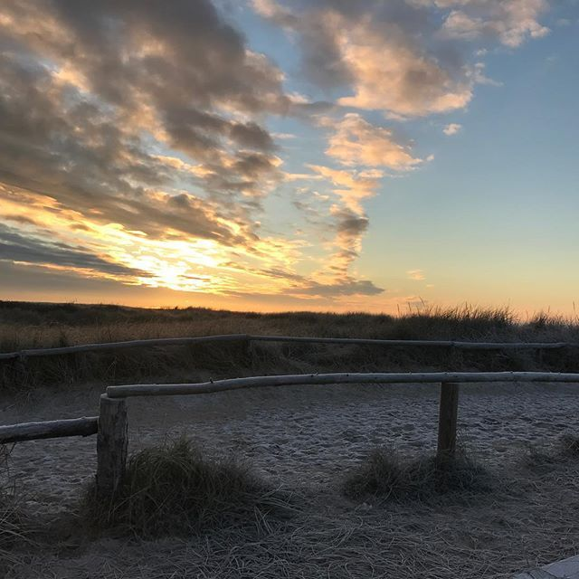 Smukt på Hvidbjerg Strand. #solnedgang #hvidbjergstrand #hvidbjergstrandferiepark #blåvand #blavand