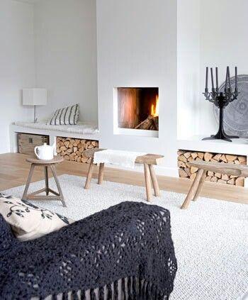 Woonkamer: Haard, witte meuren, bank met kleed, hout en witte karpet ...
