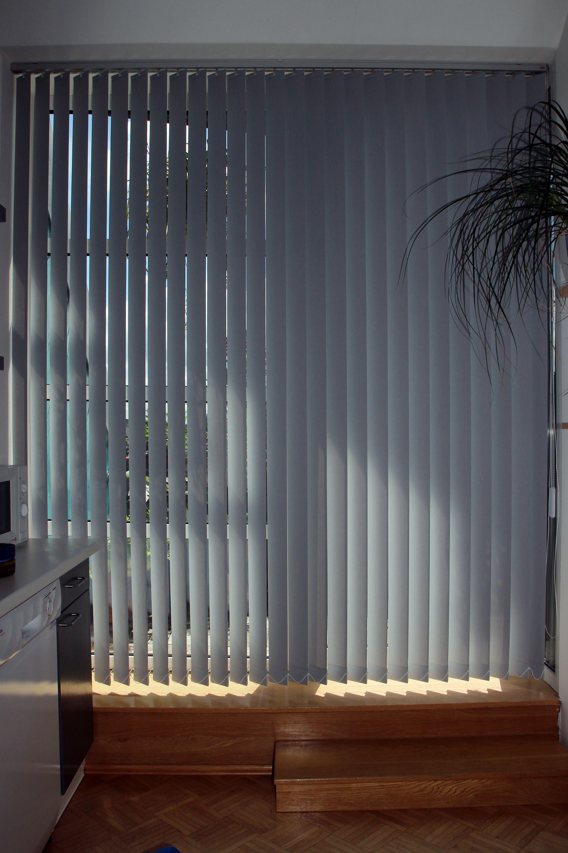 Auch Praktisch Ein Lamellenvorhang An Der Balkontur Der Kuche Lamellen Vorhang Lamellenvorhang Lamellen