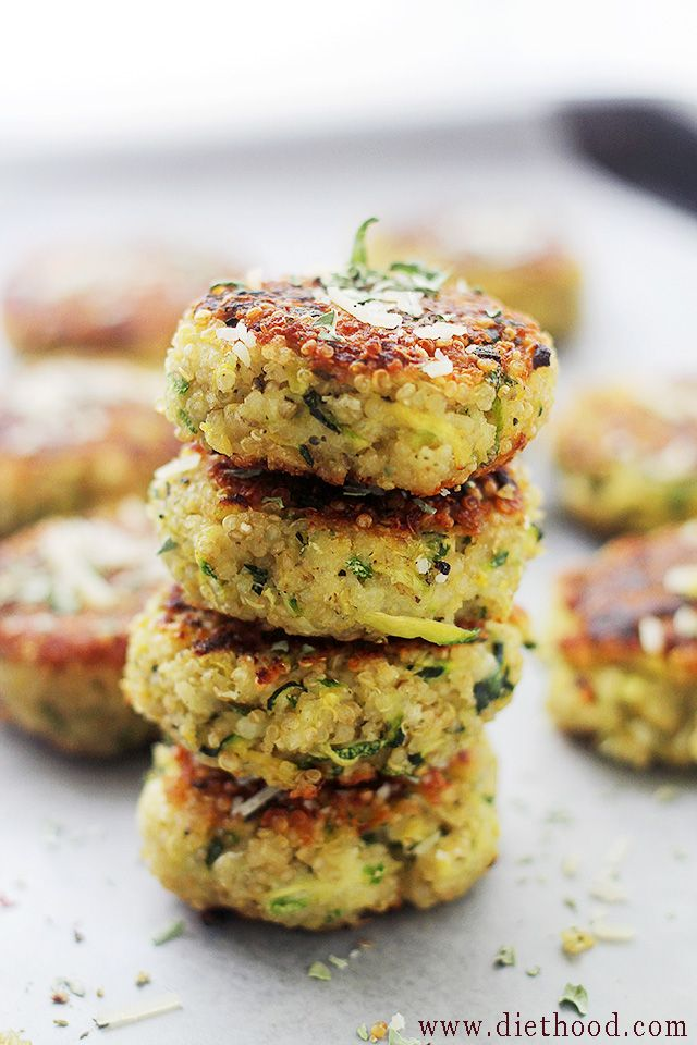 Garlicky & Cheesy Quinoa Zucchini Fritters -- packed with Quinoa and Zucchini, these Fritters are super delicious and very easy to make!