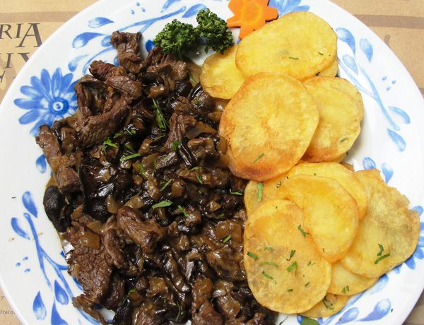 Receta de Bistec con hongos y papas al ajillo