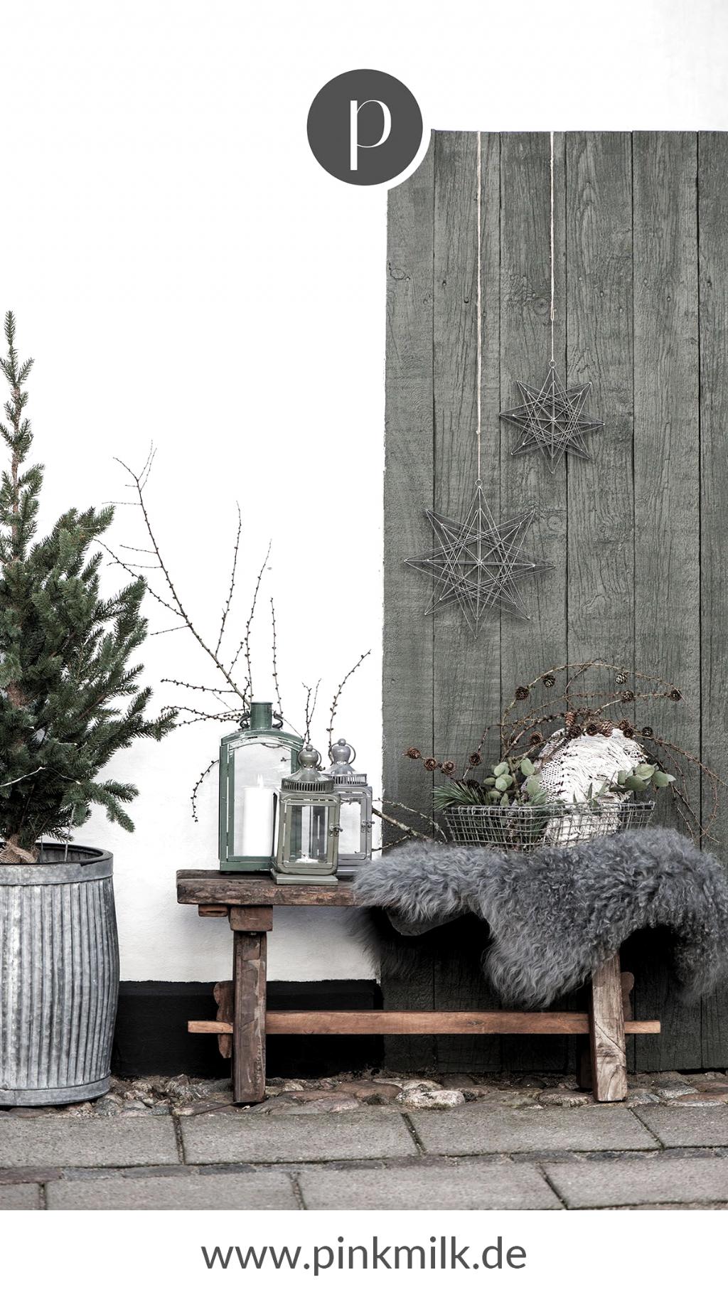 Du liebst den skandinavischen Stil und suchst noch nach toller Weihnachtsdeko? Dann bist Du bei uns genau richtig! Von schönen Weihnachtskugeln bis hin zu Weihnachtsgeschirr findest Du alles bei uns im Shop. #weihnachten #deko #ideen #skandinavisch #einrichten #inspiration #weihnachten #xmas #weihnachtsdeko #haustür #draußen #outdoor
