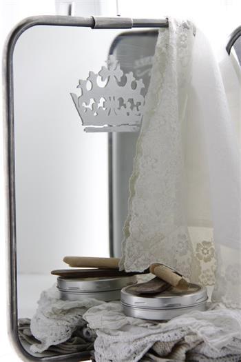 Pochoir couronne  de chez Jeanne d'Arc Living en vente sur www.perledelumieres.com