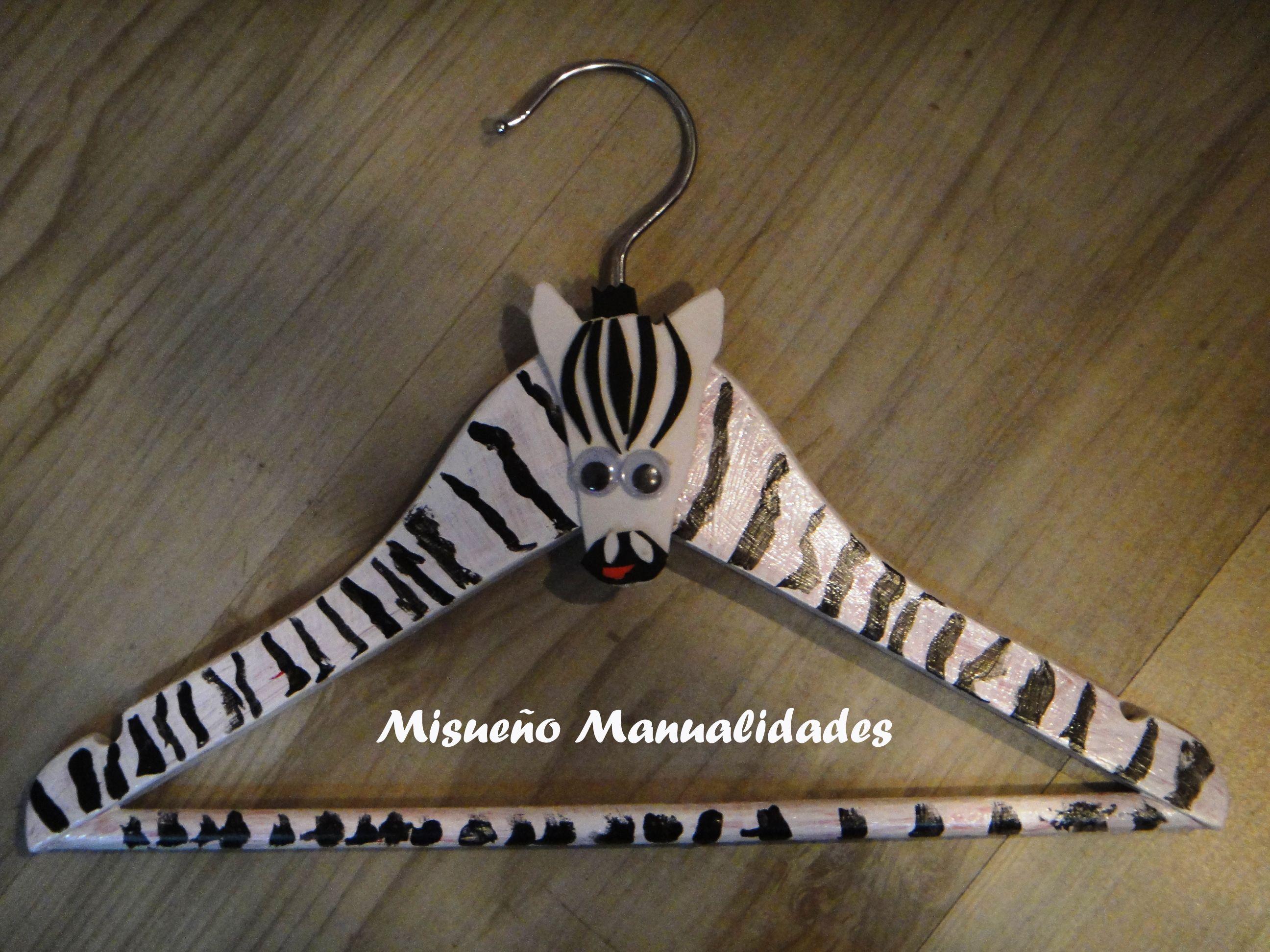 """Taller infantil """"decoramos una percha"""". Esta percha está pintada de cebra y lleva un aplique de goma EVA, hecho por uno de mis alumnos. ¡Te ha quedado genial, A.! www.misuenyo.com / www.misuenyo.es"""