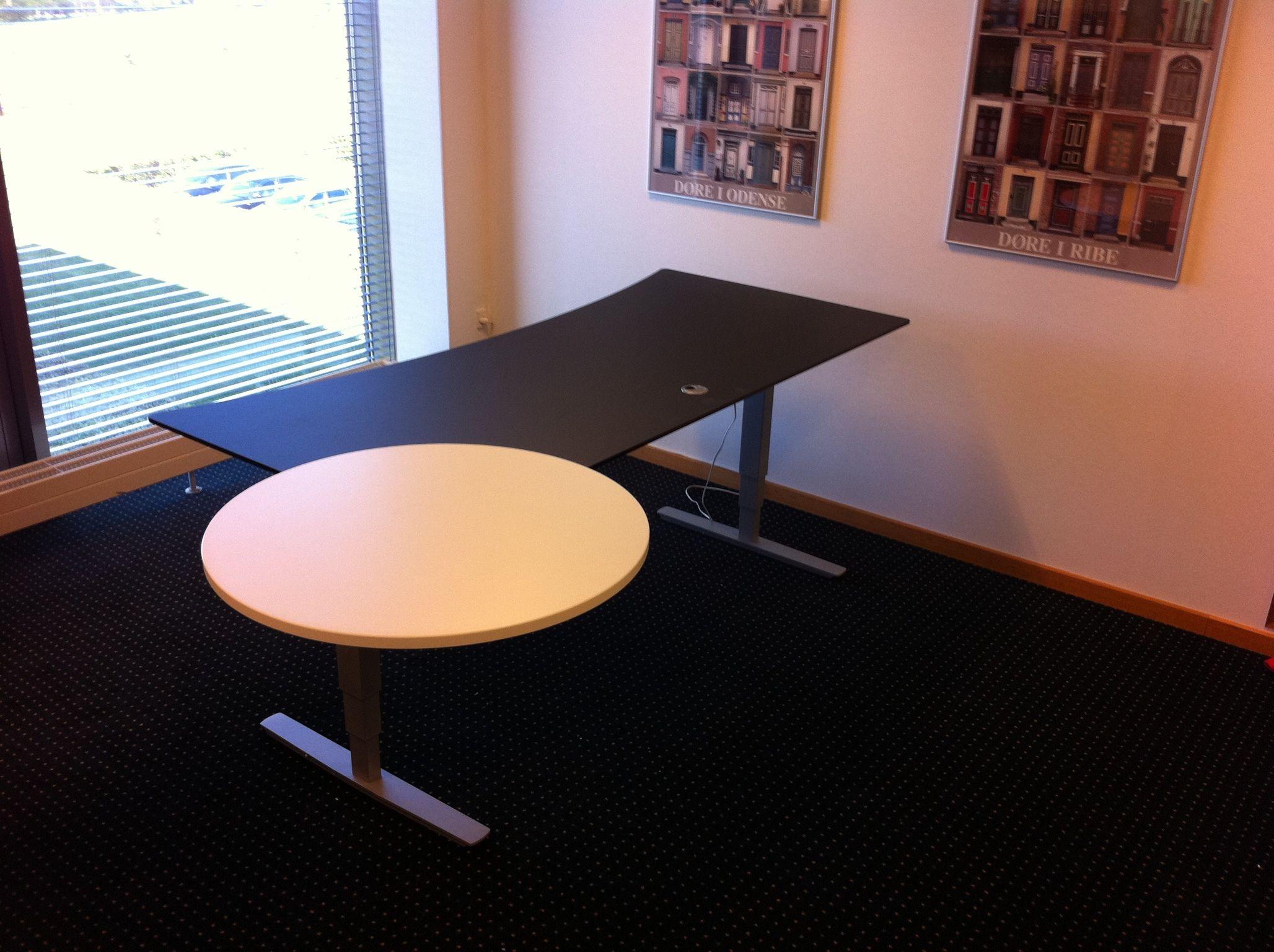 Skrivebord med spotmødebord