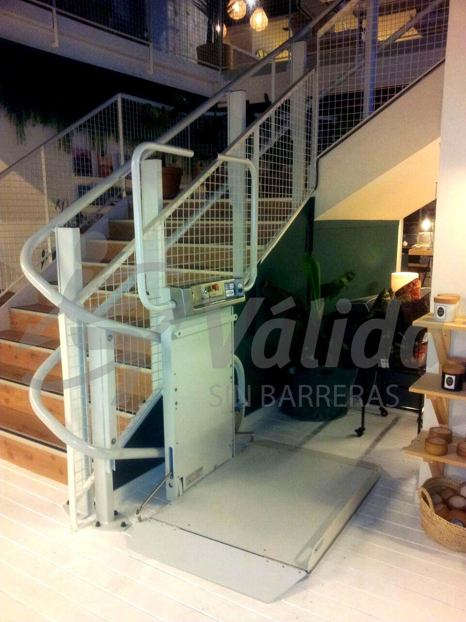 DÉCOR plataforma salvaescaleras instalada en interior. Vista de la plataforma abierta en la planta baja de una tienda de Barcelona.