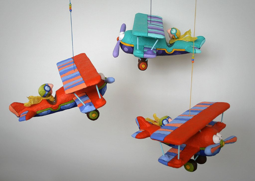 "Avión con piloto. Figuras fabricadas con técnica de papel maché. Medidas: 20 x 21 x 19 cm.  Los puedes encontrar en ""ARCOIRIS"", calle Avinyo nº 39, Barcelona, España."