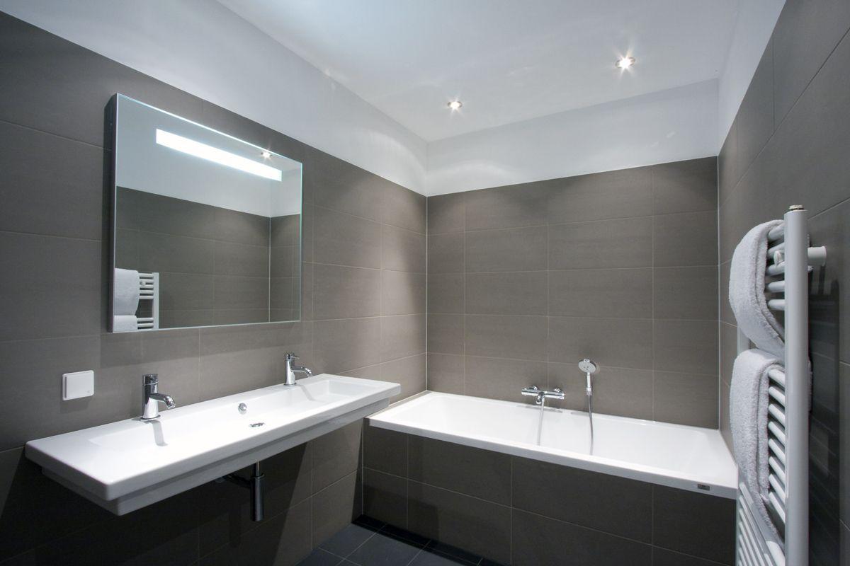 Badkamer Ruim En Praktisch Met Aparte Inloop Douche Niet Zichtbaar Badkamer Wit Plafond Badkamer Tegelen
