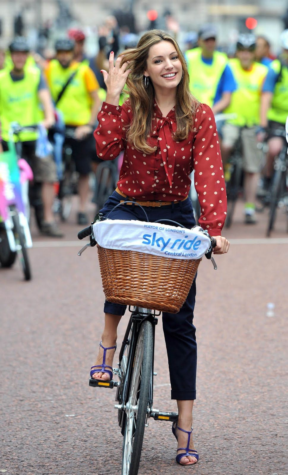 d633fe3b0319 Kelly Brook Looking Hot With Bicycle