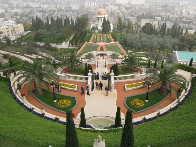 El centro mundial Bahai ubicado en el monte Carmelo esta compuesto por diecinueve jardines integrado en el medio por un santuario con una cúpula dorada, punto central de la ciudad.