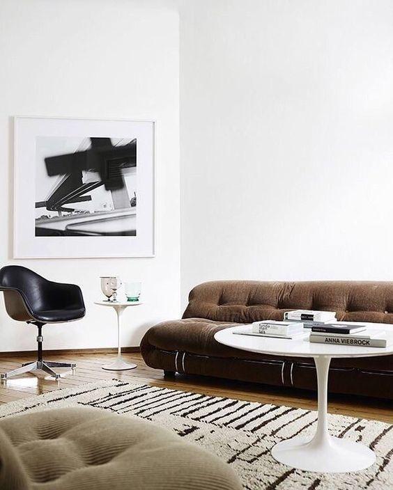Wohnzimmer Skadinavisch Modern Minimalistisch Einrichten Schwarz Weiß Braun  Sofa Vintage Look, Saarinen Tulip Table Couchtisch Designklassiker, Eames  Chair, ...