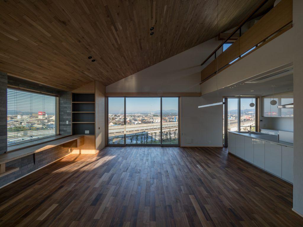 北林泉の家 羽目板の勾配天井で2階と繋がるldk キッチン リビング 新築 石 ダイニング 木 住宅 エキップ 新しい家
