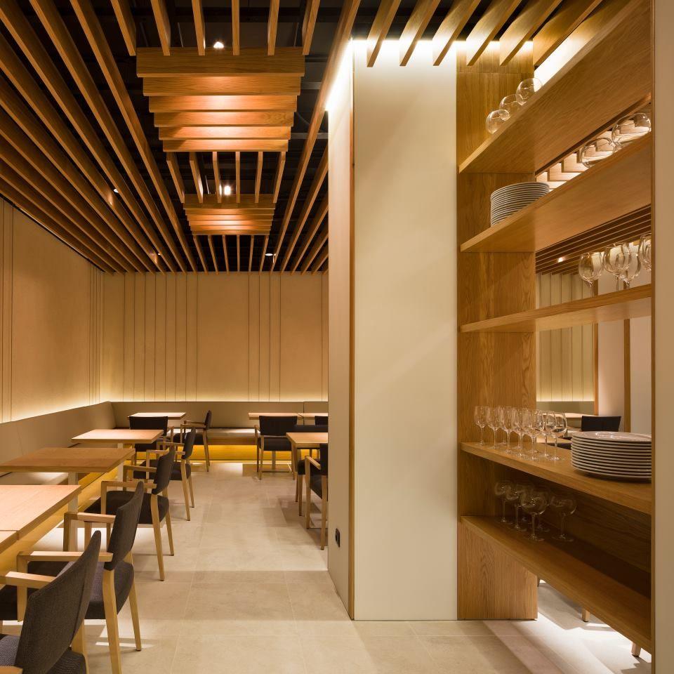 Mesas, bancos y muebles auxiliares en madera de roble barnizada ...