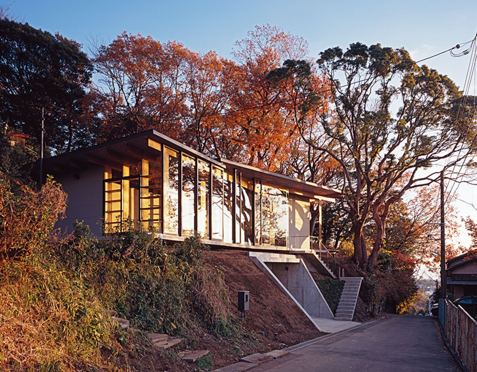photo 7 of 8 in japanese home among the trees uses bookshelves and rh pinterest com