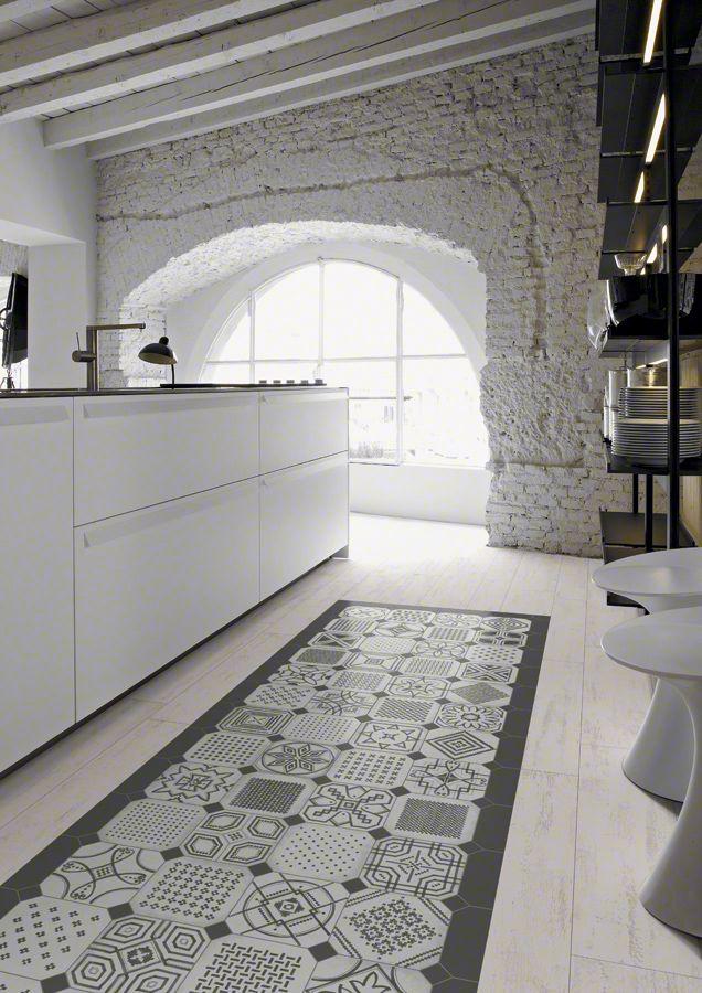 Einrichtung Weißer Küche Mit Bogenfenster Weiß Und Modernen Bodenfliesen  Mit Muster #Design #dekor #