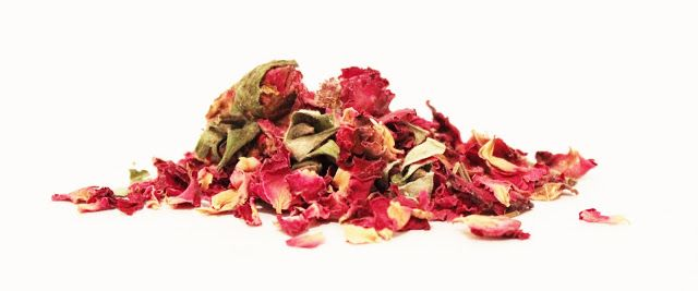 There are so many near miraculous cicatrisant benefits associated with the use of rose. First, it comes in many different forms: essential oil, essential water, hydrosol water, hips, dried petals, ground powder, infused oil, hip seed oil and more.