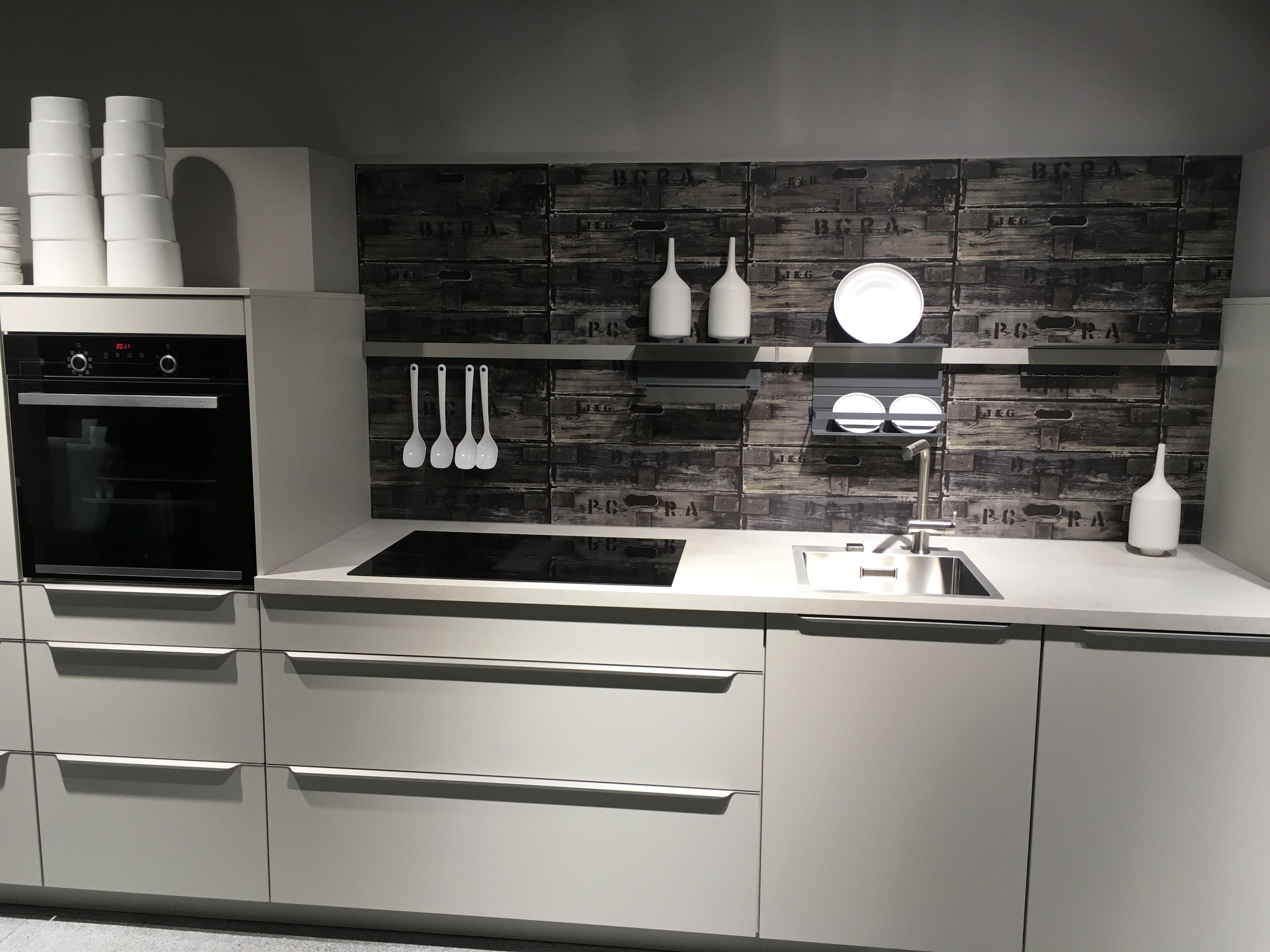Mit einer Nischenrückwand lässt sich eine weiße Küche schnell