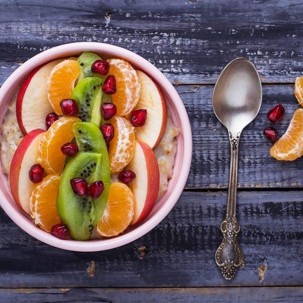 Smoothie bowl porridge kiwi, banane, clémentine, pomme et grenade