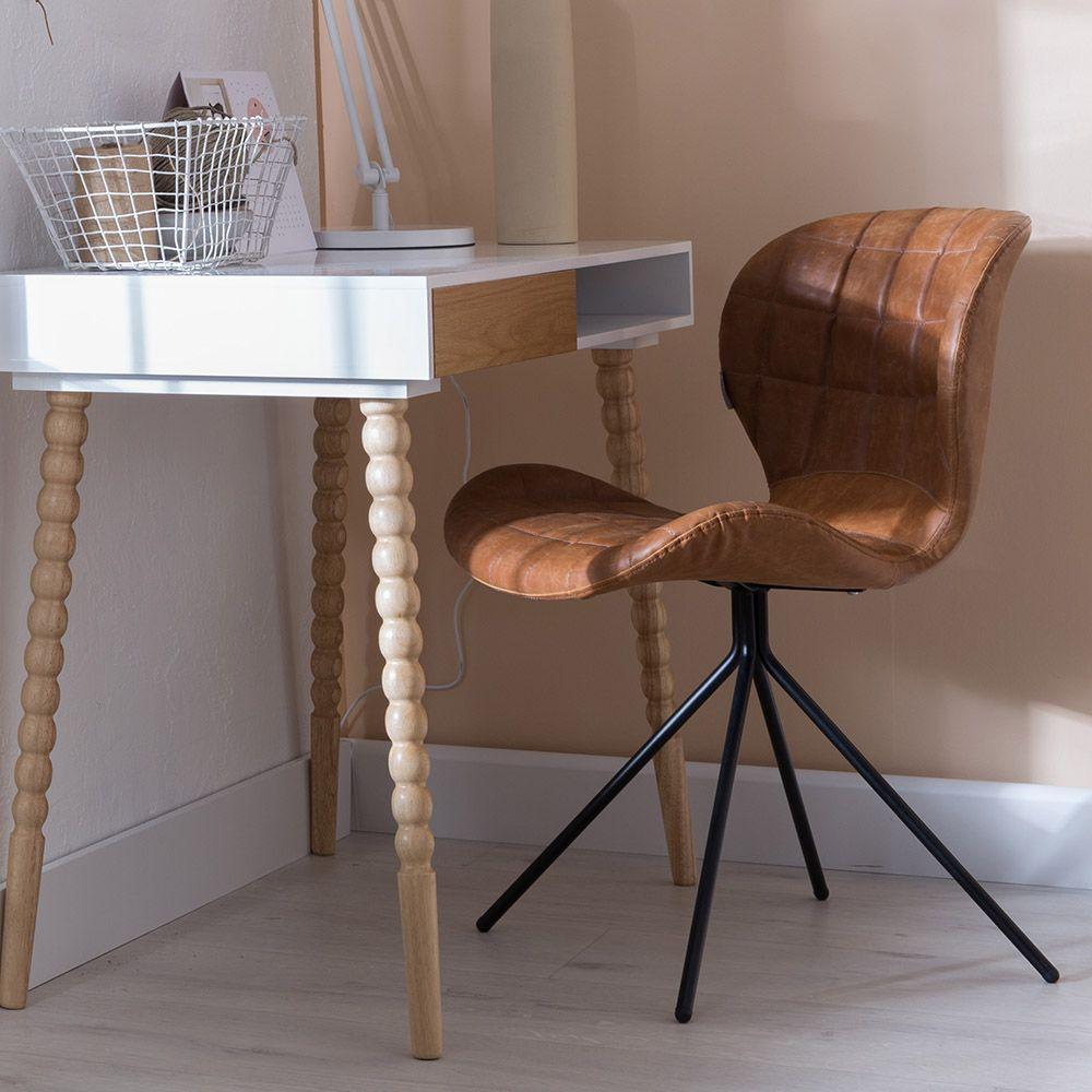 OMG LL stoel van Zuiver is een trendy stoel zonder armleuning met lederlook die comfortabel is. Leuk om de verschillende kleuren met elkaar te combineren.