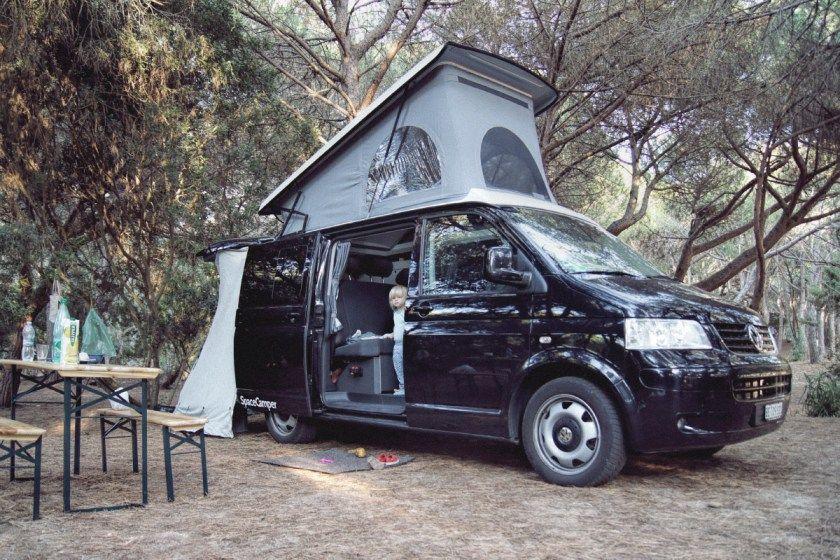 spacecamper mit aufstelldach in einem pinienwald auf. Black Bedroom Furniture Sets. Home Design Ideas