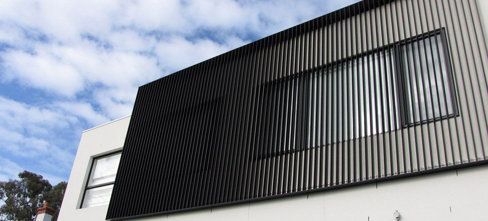 Bayside privacy screens vertical louvre blade feature for Balcony louvres
