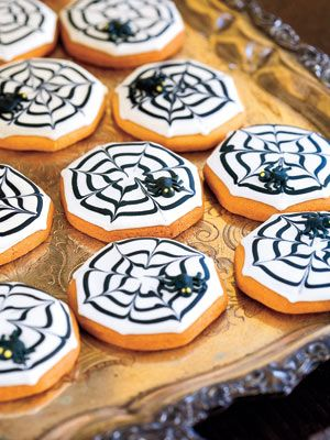 Cobweb Cookies: This devilish-looking dessert is surprisingly easy to make. Get the kids to join in on the cookie-decorating fun! #halloween
