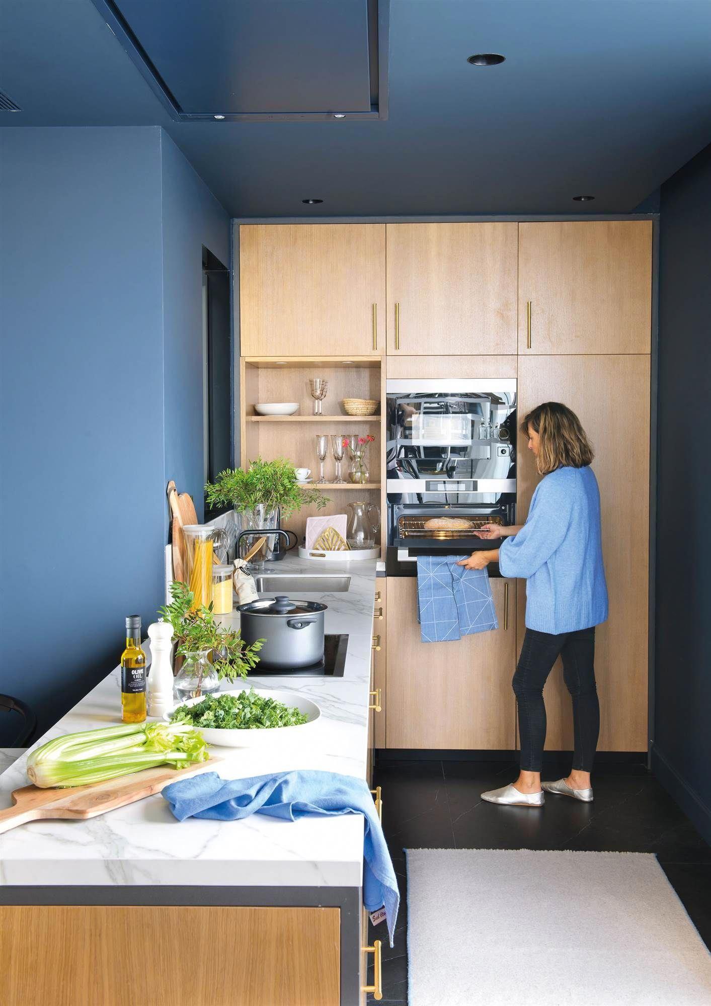 Cocina Con Paredes Y Techo En Azul Y Muebles De Madera Elmueble Ideas Decoracion Cocina Color Cocinas Blancas Cocinas Blancas Modernas Encimeras De Cocina