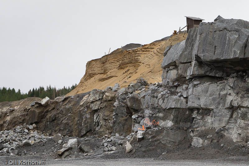 Nalle ja kalliolouhos. The Abandoned Teddy Bear at a gravel pit at a sand ridge