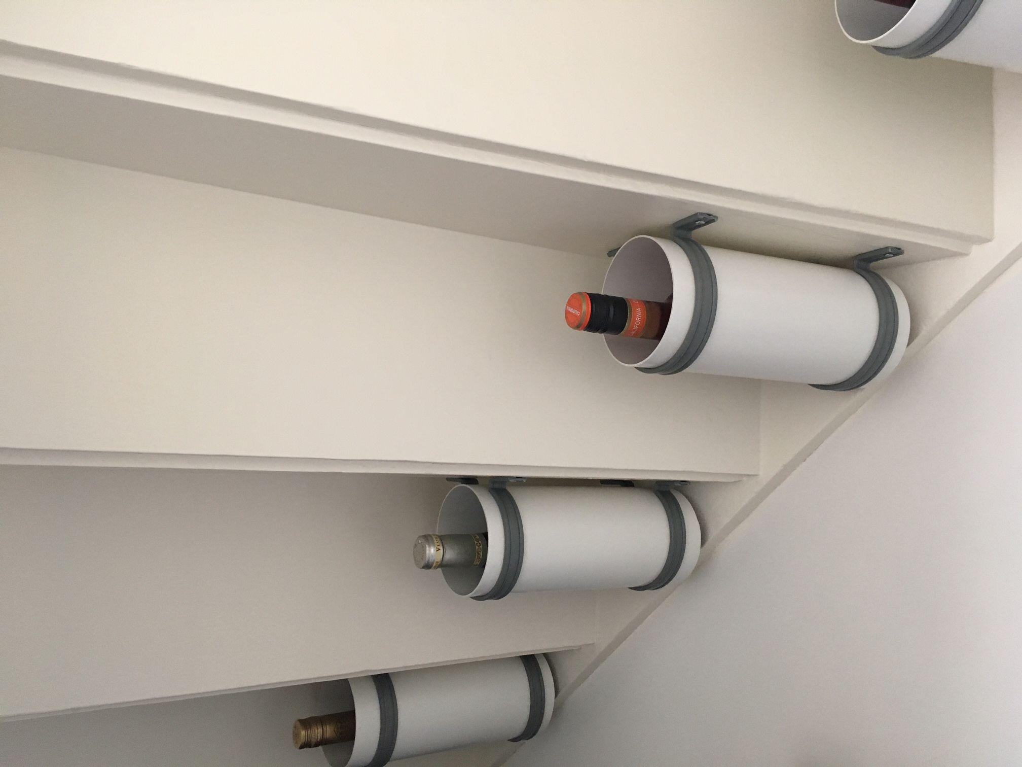 loze ruimte onder de trap benut wijnhouders gemaakt dmv witte pvc