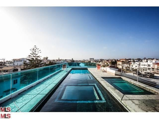 Marina Del Rey, California - Dream Home - piscina en la terraza con ventana en el fondo hacia la sala de la vivienda